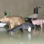Animales de papiroflexia: oso, ganso canadiense, oso hormiguero, cabra y al fondo la mantis religiosa
