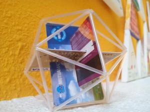 Icosaedro hecho con palillos de los oídos, hilo de pescar y tarjetas de crédito
