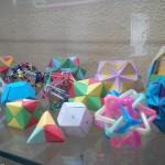 Vitrina de Divermates_Poliedros con objetos varios