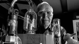 Marrtin Gardner con botella de Klein