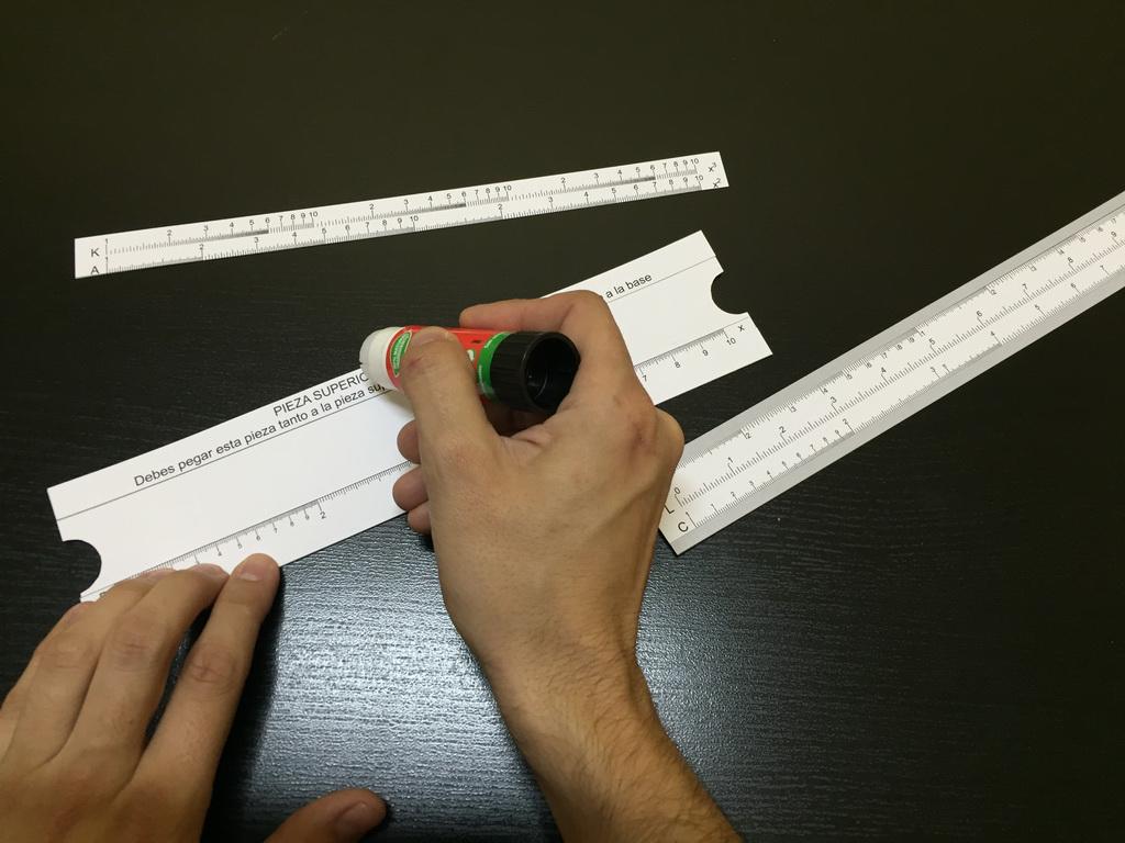 regla-de-cálculo--poniendo-pegamento-para-regla-k-a